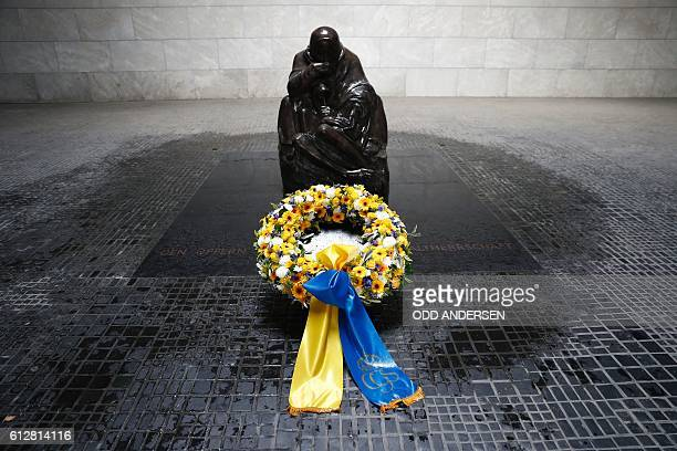 A wreath laid down by King Carl XVI Gustaf of Sweden can be seen at the Neue Wache memorial for the victims of war and dictatorship in Berlin on...
