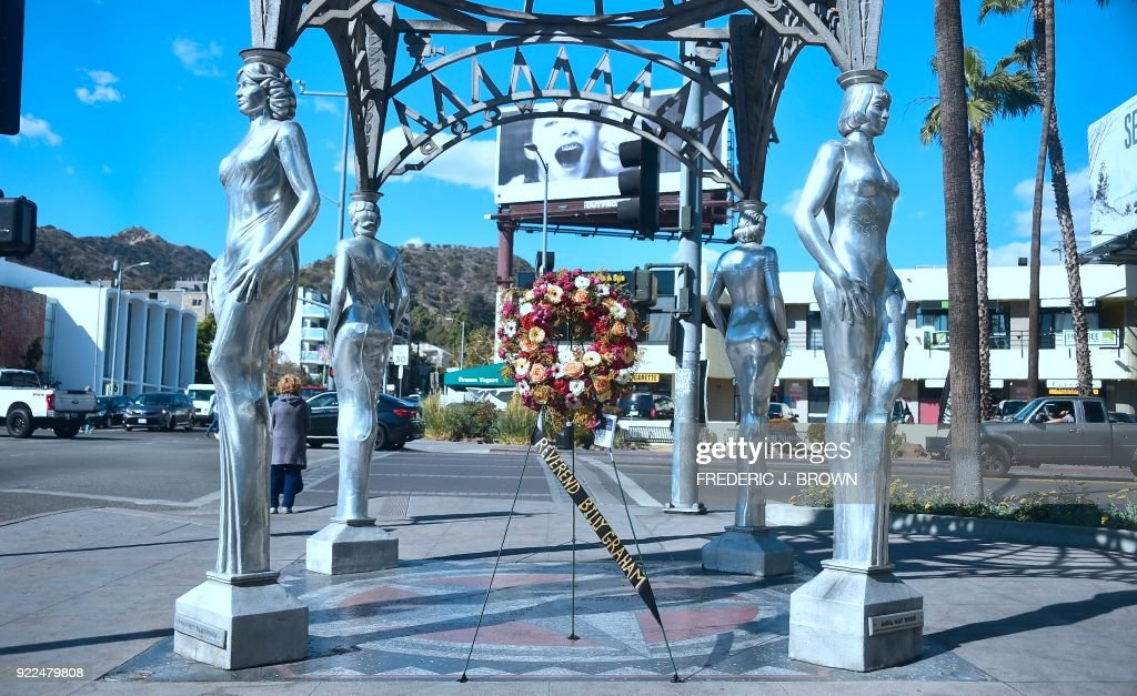 A wreath of flowers on display, courtesy of the Hollywood Chamber of Commerce, in tribute to the late Evangelist Pastor Billy Graham in Hollywood, California on February 21, 2018. Graham, the influential Southern preacher who became a spiritual advisor to several US presidents and millions of Americans via their television sets, died Wednesday. He was 99. / AFP PHOTO / Frederic J. BROWN