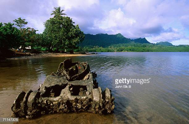 wreck of wwii japanese midget tank, lelu harbour, micronesia, federated states of - midget stock pictures, royalty-free photos & images