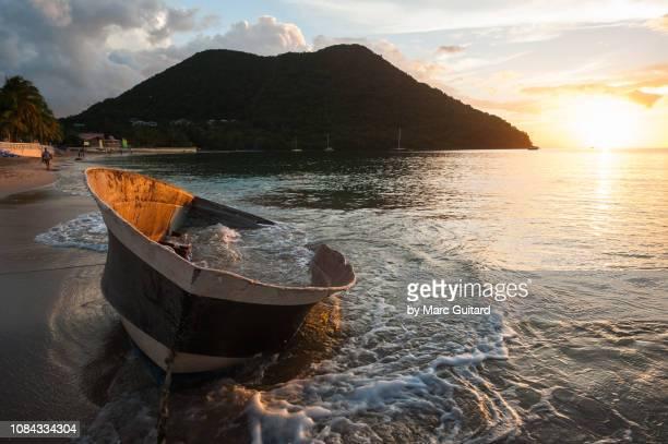 wrecked boat on reduit beach, gros islet, saint lucia - paisajes de santa lucia fotografías e imágenes de stock