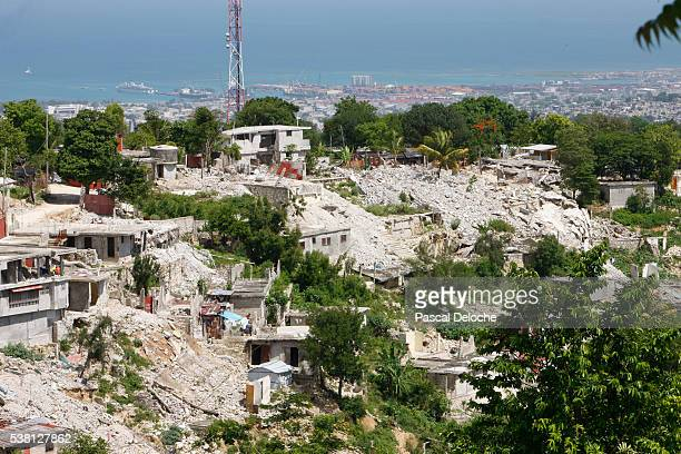 wrecks of the 2010 earthquake - haitianas fotografías e imágenes de stock