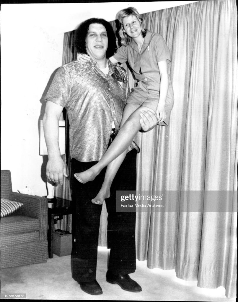Wrestler Andre the giant is 7ft 5in tall, weighs 30 stone, and is here to wrestle in an Australian tour.Pictured today with Wendy Owsinski, 19, 5ft 9in, 8st 71b.Andre The Giant, 7ft 5ins (237cms) and 30 stone (189kg) cradles Wendy Owsinski, 5ft 9 ins (175 : Nachrichtenfoto