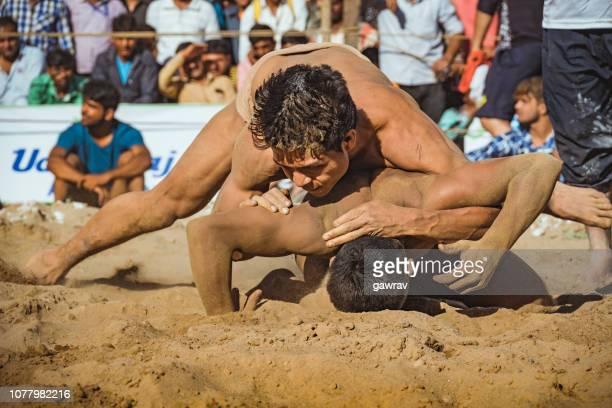 lutteurs combattez kushti au shoolini fair à solan, himachal pradesh. - lutte dans la boue photos et images de collection