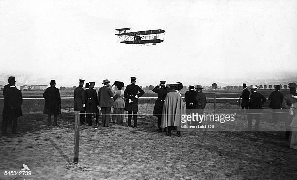 Wright, Orville und Wilbur Flugpioniere, Erfinder des Motorflugzeugs, USAOrville Wright über dem Tempelhofer Feld in Berlin- September 1909