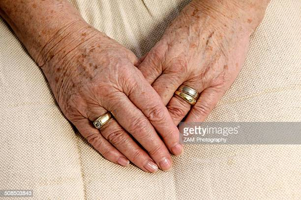 wrinkly hands of an old woman, 80 years - keratosis fotografías e imágenes de stock