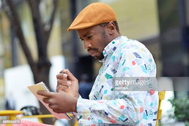 écrivain travaillant à l'extérieur - authors photos et images de collection