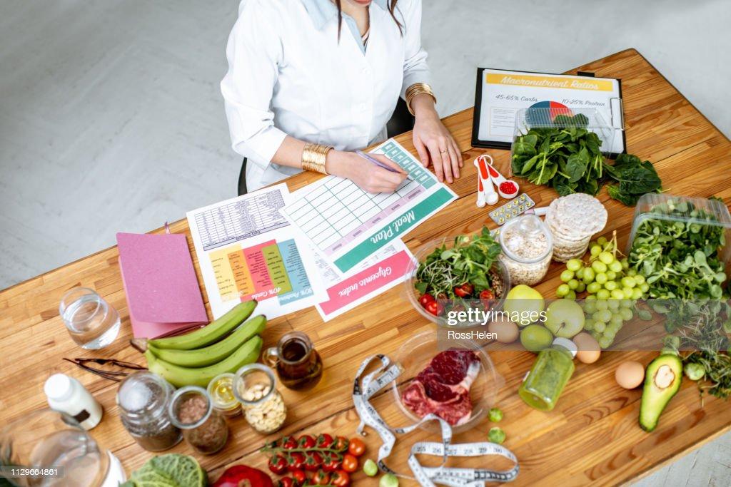 健康食品の完全なテーブルで食事プランを書く : ストックフォト