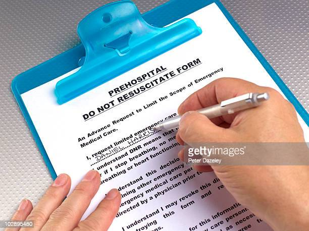 writing do not resuscitate form - eutanasia fotografías e imágenes de stock