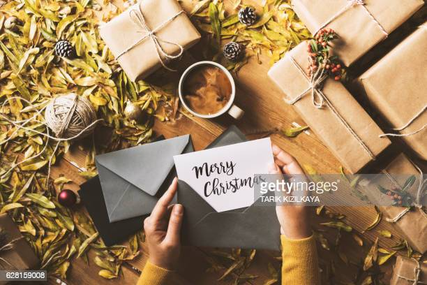 writing greeting cards, christmas table top flat lay - christmas card fotografías e imágenes de stock