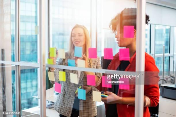 rédaction d'idées sur des notes d'autocollants - affaires finance et industrie photos et images de collection