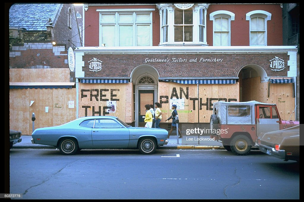 Writing on boarded-up store fronts readi : News Photo
