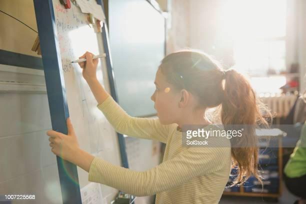 escribir en la pizarra de su clase primaria - inglaterra fotografías e imágenes de stock