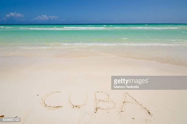 cuba written in the beach, cayo coco, cuba. - radicella photos et images de collection