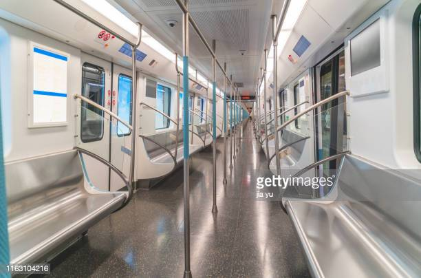 wuhan, metro line 2, inside the empty carriage. - 列車の車両 ストックフォトと画像