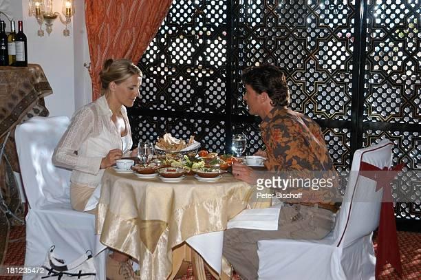 Pascal Breuer Tanja Wedhorn Dreharbeiten der ZDFReihe Traumschiff Folge 49 Oman Episode 1 Wunschkind Muscat/Oman/Arabien Restaurant Hotel Al Bustan...