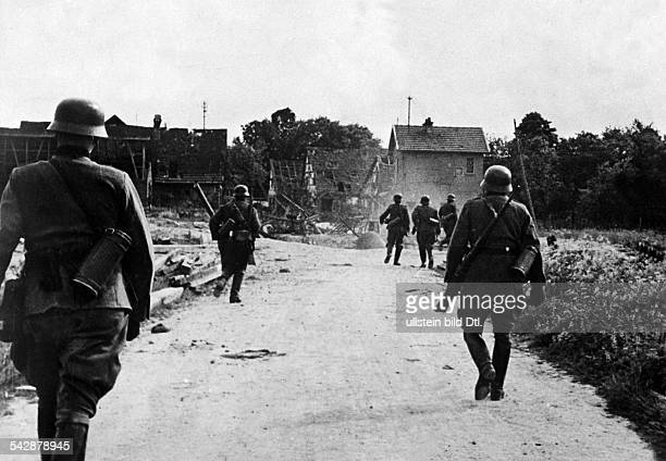 2 ww battle of france / campaign in the west Reconnaissance patrol entering a village no further information Mai 1940