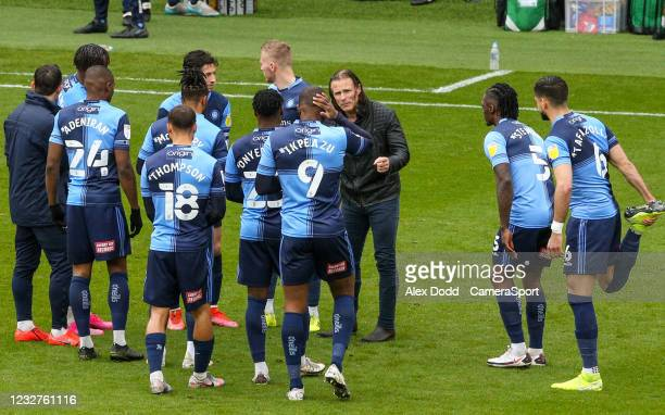 Wycombe Wanderers manager Gareth Ainsworth talks to his team on the pitch before the second half during the Sky Bet Championship match between...