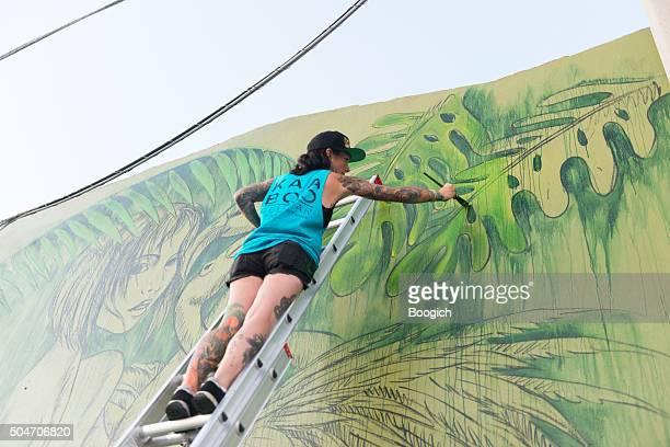 wynwood miami graffiti colorido mural de pintura de artista aerosol - pintar mural fotografías e imágenes de stock