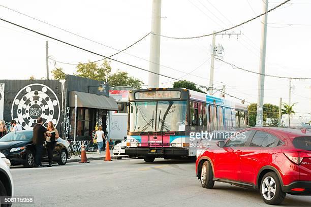 Wynwood, Miami Verkehrs von Autos und Busse auf der Straße in der Stadt