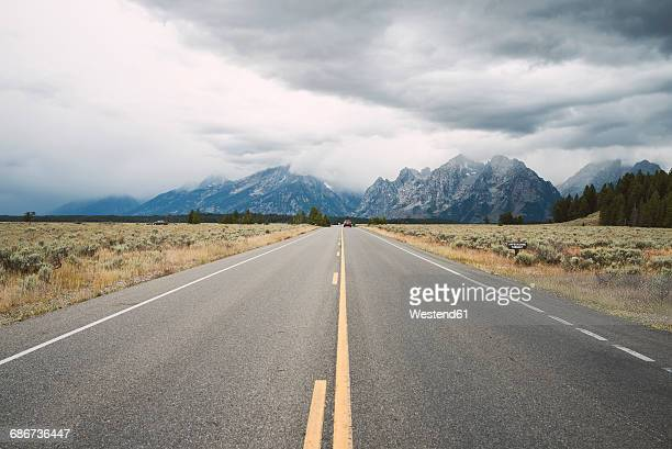 usa, wyoming, country road at grand teton national park - ティトン山脈 ストックフォトと画像