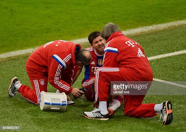Xabi Alonso wird von Teamarzt Hans Wilhelm Müller Wohlfahrt an der Aussenlinie behandelt waehrend dem Fussball Bundesliga Spiel FC Bayern Muenchen...