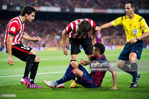 Xabier Etxeita and Ander Iturraspe of Athletic Club argue with Neymar Santos Jr of FC Barcelona next to referee Carlos Velasco Carballo during the...