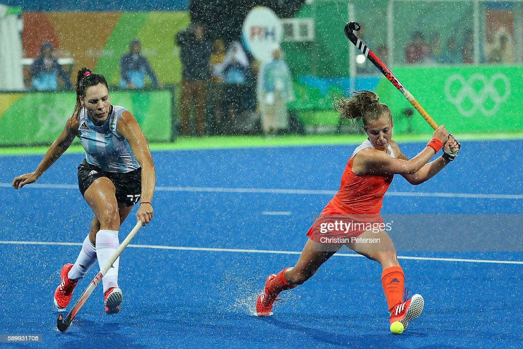 Xan de Waard #3 of Netherlands attempts a shot past Noel Barrionuevo #27 of Argentina during the quarter final hockey game on Day 10 of the Rio 2016 Olympic Games at the Olympic Hockey Centre on August 15, 2016 in Rio de Janeiro, Brazil.