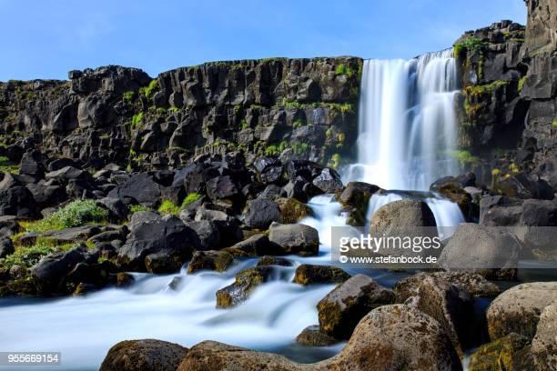 öxarárfoss waterfall pingvellir nationalpark iceland - gras stock pictures, royalty-free photos & images