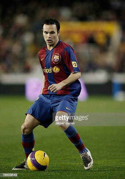 Xavi Hernandez of Barcelona controls the ball during the La Liga match between Valencia and Barcelona at the Mestalla Stadium on December 15 2007 in...