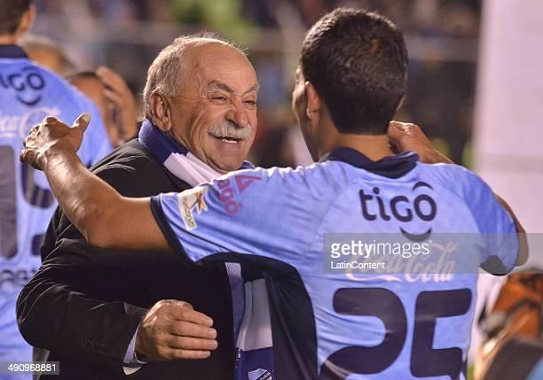 Xavier Azkargorta coach of Bolívar celebrates with Damir Miranda after winning a second leg quarter final match between Bol'ívar and Lanœús as part...