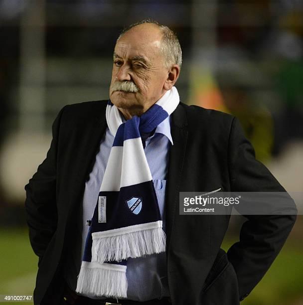 Xavier Azkargorta coach of Bolívar looks on during a second leg quarter final match between Bol'ívar and Lanúœs as part of Copa Bridgestone...