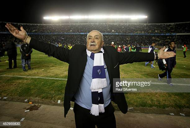 Xavier Azkargorta head coach of Bolivar gestures at the end of a second leg semifinal match between Bolivar and San Lorenzo as part of Copa...