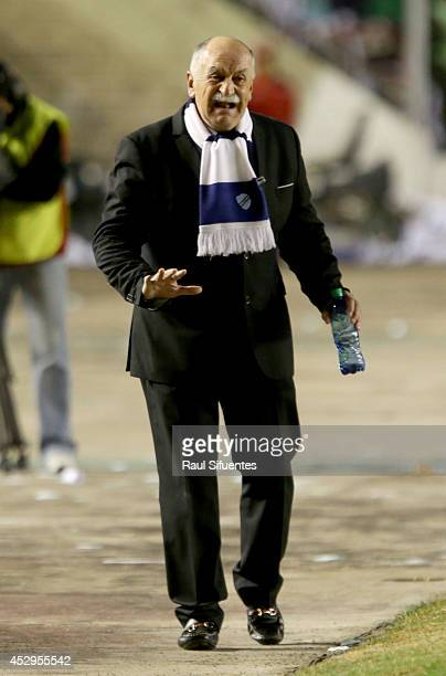 Xavier Azkargorta head coach of Bolivar gestures during a second leg semifinal match between Bolivar and San Lorenzo as part of Copa Bridgestone...