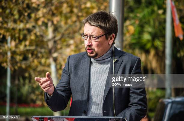 Xavier Domènech during his speech Equidistant from the proindependence bloc and Spanish unionist block Catalunya en ComúPodem is the political force...