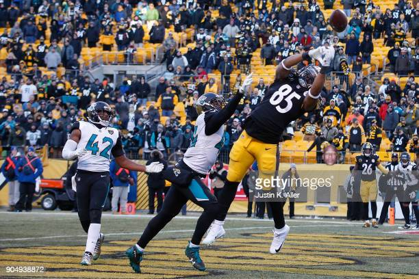 Xavier Grimble of the Pittsburgh Steelers cannot make a catch on a ball thrown by Ben Roethlisberger in the fourth quarter during the AFC Divisional...