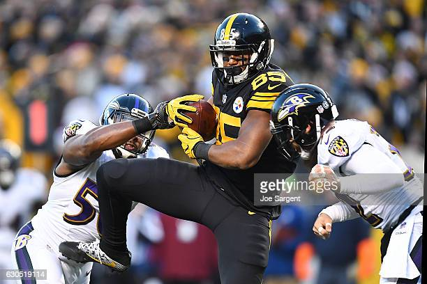 Xavier Grimble of the Pittsburgh Steelers catches a 20 yard pass from Ben Roethlisberger in between Albert McClellan and Eric Weddle of the Baltimore...