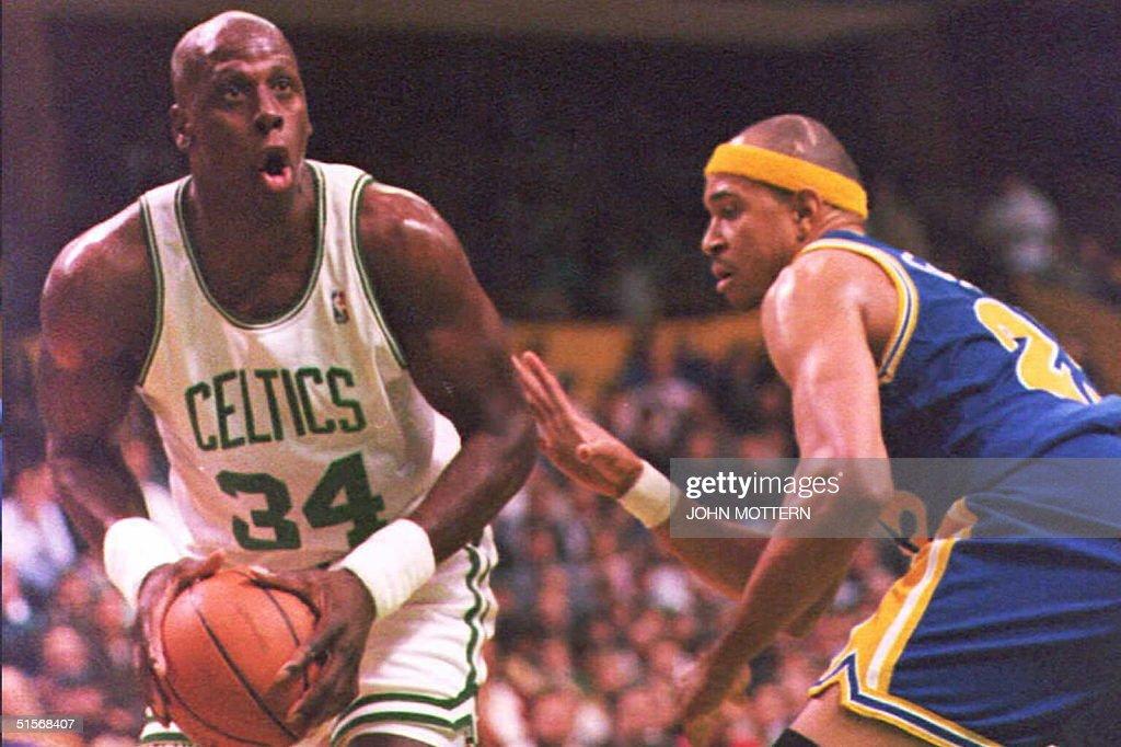 Xavier McDaniel (L) of the Boston Celtics drives t : News Photo