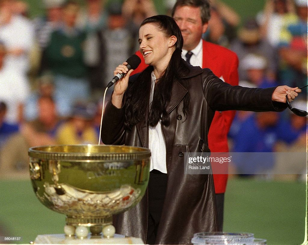 Xena star Lucy Lawless presents the trophy for the : News Photo