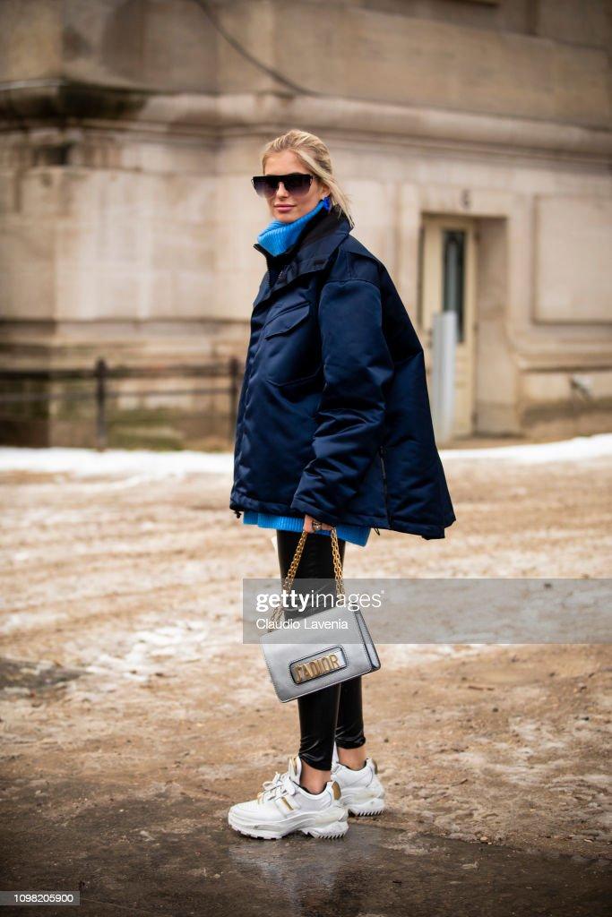 Street Style - Paris Fashion Week - Haute Couture Spring Summer 2020 : Day Two : Nachrichtenfoto