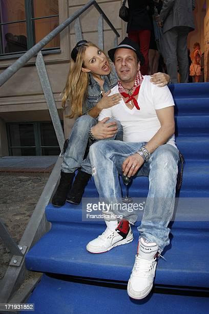 Xenia Seeberg Und Ihr Freund Sven KilthauLander Bei Der Vernissage Night Of The Heart In Der Galerie Morgen In Berlin Am