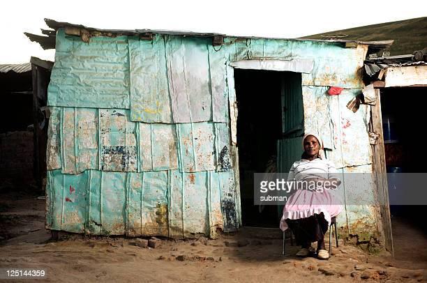 xhosa frau vor sich wie zu hause fühlen - armut stock-fotos und bilder