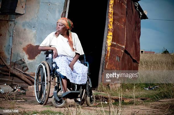 xhosa frau im rollstuhl - amputee woman stock-fotos und bilder