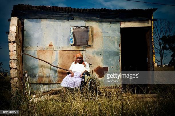Xhosa Frau vor den Toren von shelter