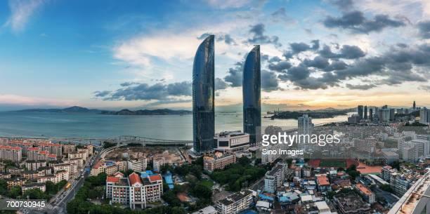 xiamen city waterfront at sunset - xiamen fotografías e imágenes de stock