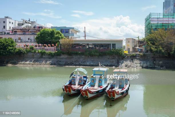 xiamen shapowei and fishing boats - xiamen fotografías e imágenes de stock