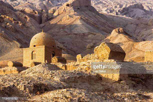 xinjiang, uyghur graveyard - 中央アジア ストックフォトと画像