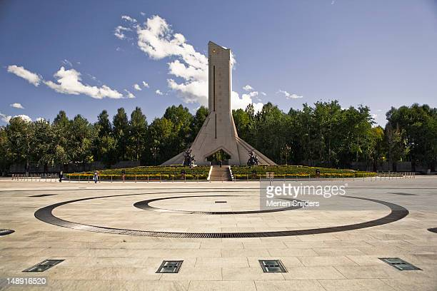 xizang heping jiefang monument on beijing middle road. - merten snijders stock pictures, royalty-free photos & images