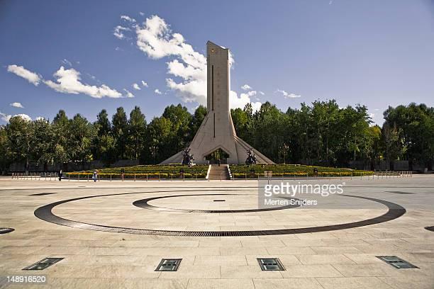 xizang heping jiefang monument on beijing middle road. - merten snijders stockfoto's en -beelden