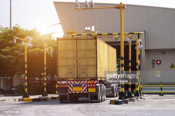 x-ray cargo transport - food truck stockfoto's en -beelden