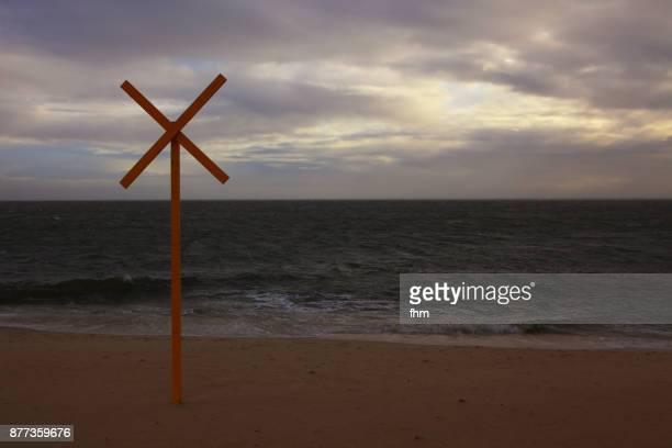 x-sign on the beach of sylt (schleswig-holstein, germany) - buchstabe x stock-fotos und bilder
